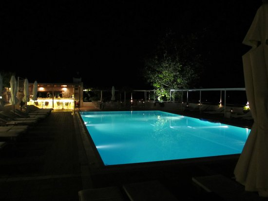 Atrium Hotel: Night time at the pool