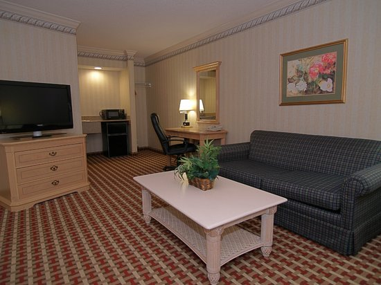 Quality Inn & Suites  Quakertown: Double Queen Suite living room area