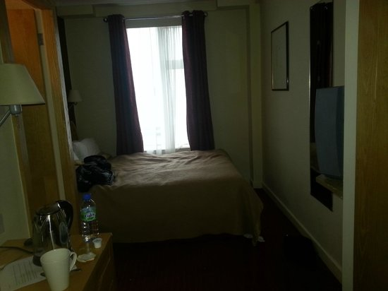 Kensington Close Hotel:                   Room which looks bigger than it is because furniture is small