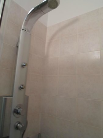 Kimon Athens Hotel:                   Shower