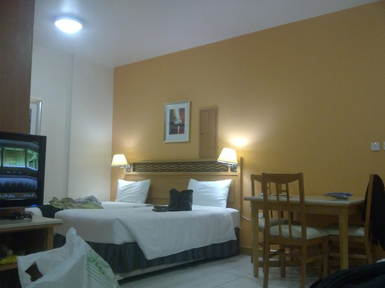 Golden Sands Hotel Apartments: Entrance Room