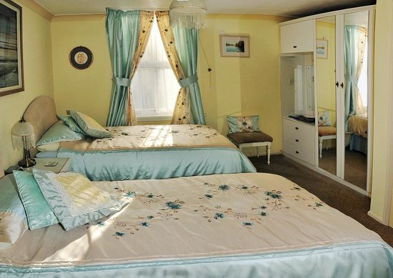 Valley House Bed & Breakfast: ROOM 4 - TWIN BEDS OR SET AS SUPER KING SIZED BED