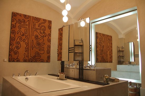 La Villa des Orangers:                   Suite's bathroom