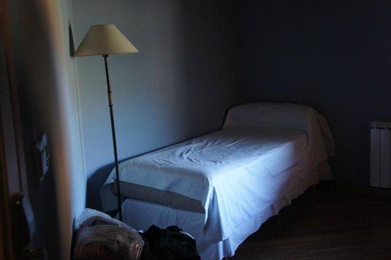 Hosteria El Coiron: cama single en hab. triple. en lugar separado cama matrimonial