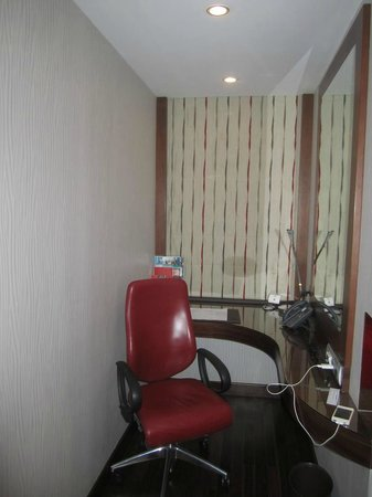 Crowne Plaza Riyadh Minhal: Work area