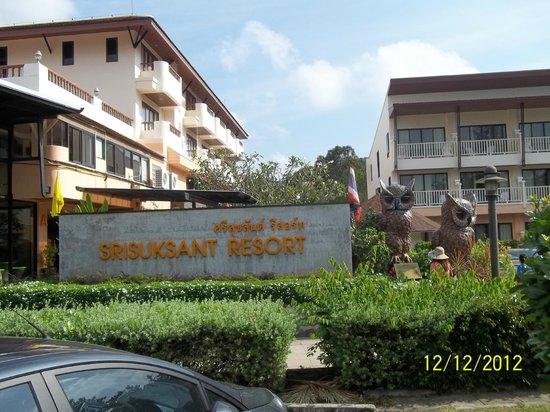 Srisuksant Resort: entrata con edificio A a destra ed edificio B a sinistra