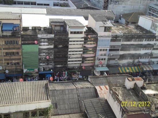 Silom City Hotel: vicolo sotto l'albergo
