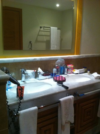 Iberostar Rose Hall Suites: Double sink in room