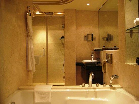 Vivanta by Taj Begumpet:                   ROOM BATHROOM