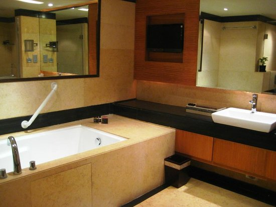 ‪‪Vivanta by Taj Begumpet‬:                   SUITE BATHROOM