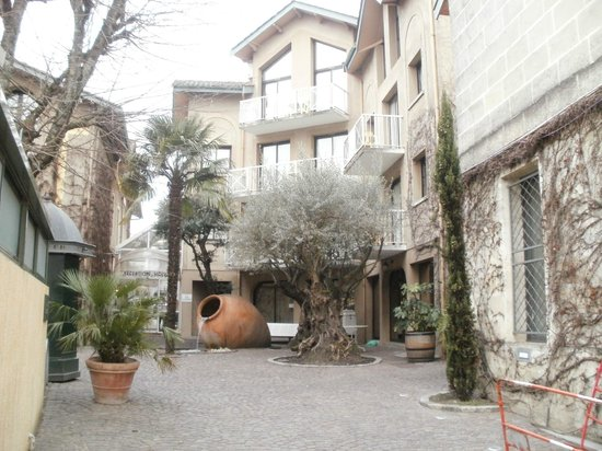 Le Chalet Lyrique :                   View of hotel from street