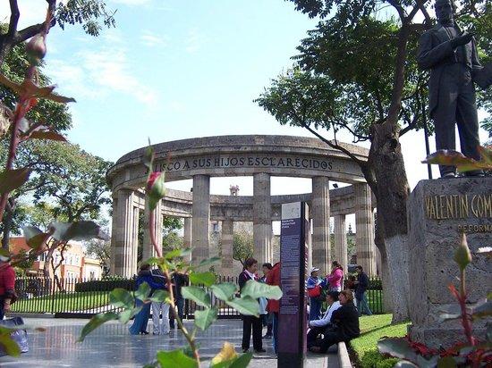 Rotonda de Los Jaliscienses Ilustres: Vista frontal de la rotonda