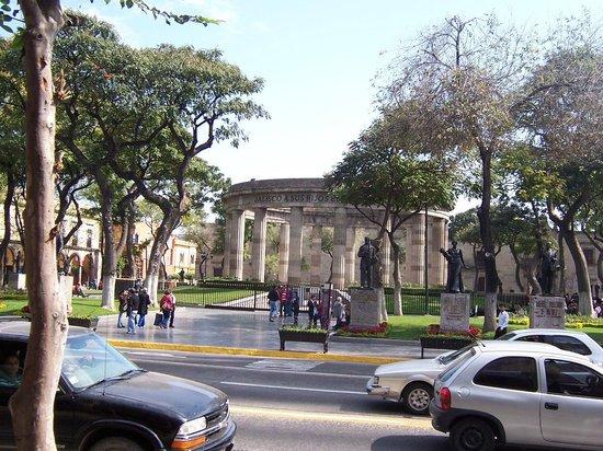 Rotonda de Los Jaliscienses Ilustres: vista ddesde los arcos