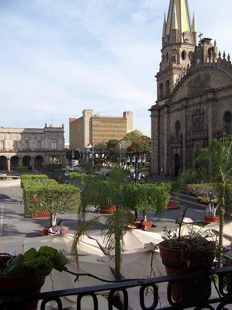 Rotonda de Los Jaliscienses Ilustres: A un costado de la catedral y Palacio de Gobierno