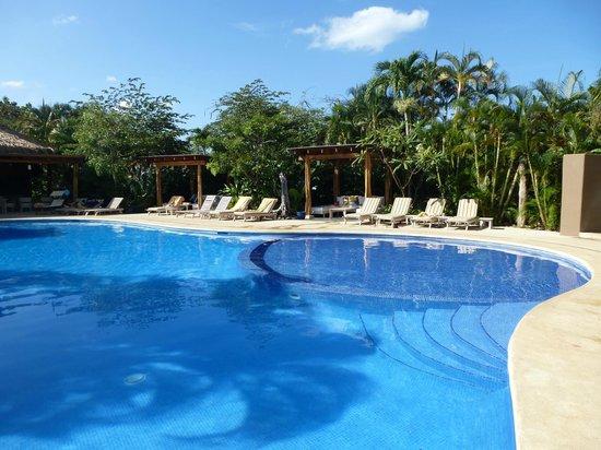 Cala Luna Luxury Boutique Hotel & Villas: Blick auf den Pool vom Restaurant aus