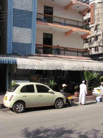 Al Uruba Hotel:                   front view of hotel & restaurant