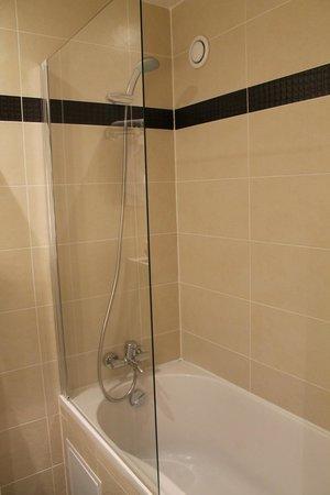 Eiffel Kennedy Hotel: Salle de bains moderne et propre