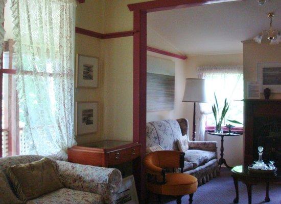 เดอะ ชาเลต์ เกสท์เฮ้าส์ แอนด์ สตูดิโอ:                   Sitting Room