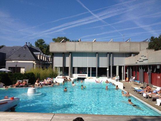 d tente au bord de la piscine photo de mondorf