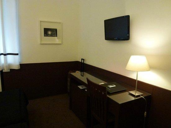 جراند هوتل دو بورتو:                   Стол и телевизор в номере                 