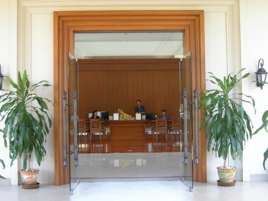 The Imperial River House Resort: Hotel entrance