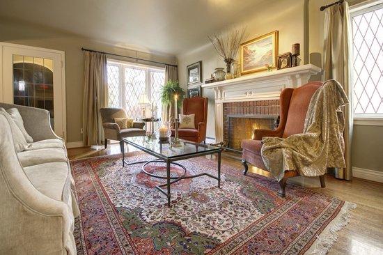 English Bay Inn: Living Room