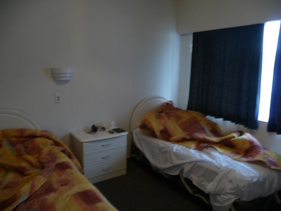 Airport Gold Star Motel: Separate bedroom in Family Room