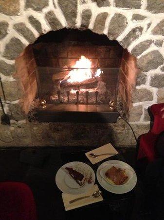 Les Plaisirs : dégustation des desserts avec le crépitement du feu.. ;)