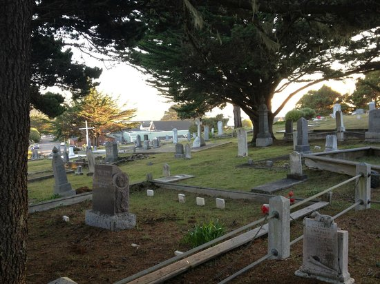 MacCallum House Inn: cemetery next door