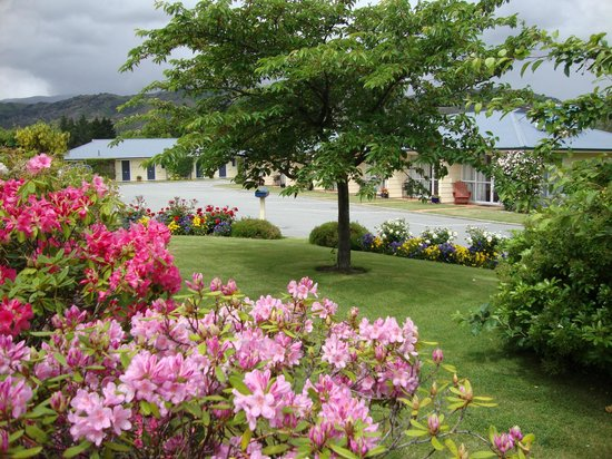 Lake Dunstan Motel: Enjoy our gardens