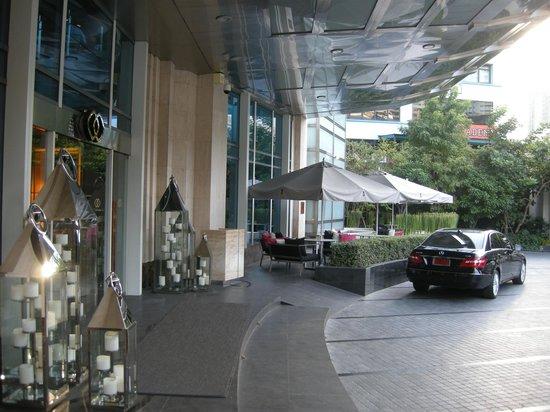 Sofitel Bangkok Sukhumvit: Hotel entrance