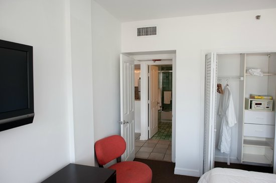 Casa Grande Suite Hotel of South Beach: Looking from bedroom into bathroom