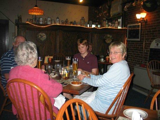 Richard's Restaurant: Customers enjoying dinner