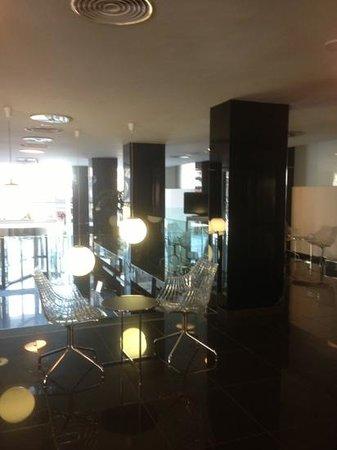 Belroy Apartamentos: sitting area above reception upper level