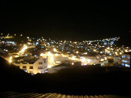 Hostal Quito Cultural: Vista nocturna parte de Quito