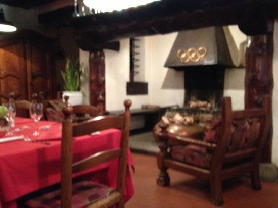Trattoria 5 Cerchi: room with fireplace