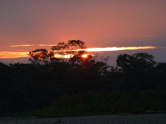 Anaconda Lodge Ecuador: Atardecer visto desde el Lodge en la Amazonia