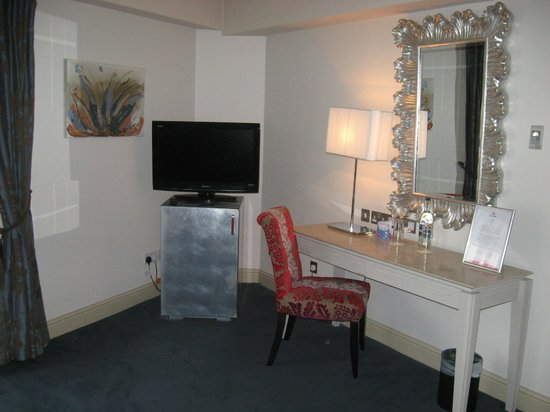 The House Hotel: vanity and fridge