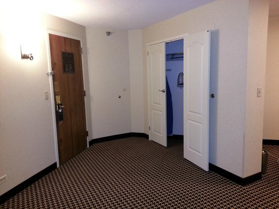 Hilton Chicago Oak Brook Suites:                   The entrance/closet