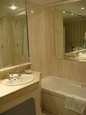 كيلارني رويال هوتل: Bathroom