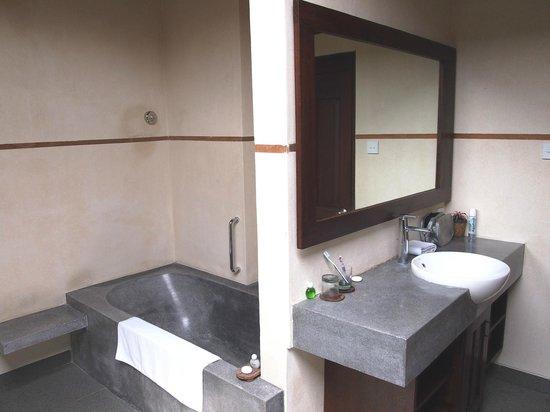 เดอมูนุตบาหลีนิสรีสอร์ท: De Munut bathroom