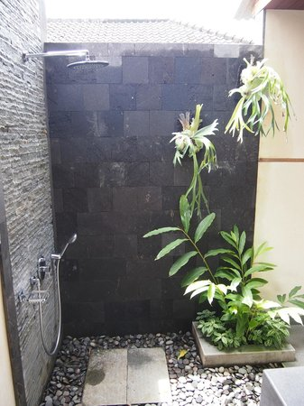 De Munut Balinese Resort: De Munut shower