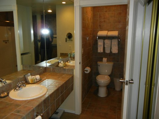 The Lodge at Tiburon: Clean bathroom; spacious