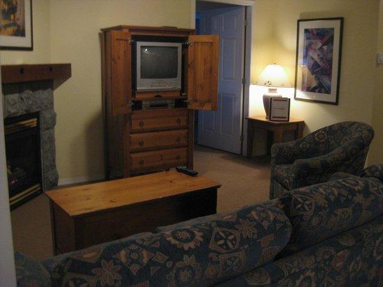 Silver Creek Lodge: Livingroom looking towards bedroom room 363
