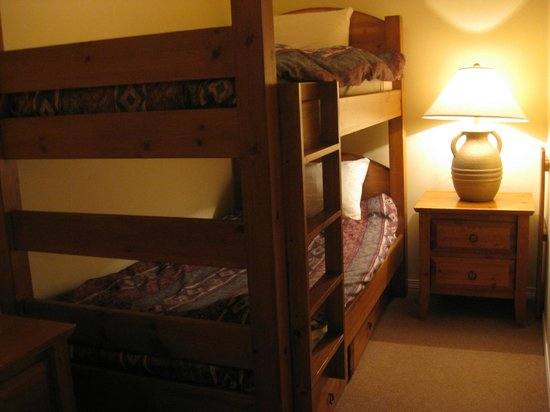 Silver Creek Lodge: Alcove with bunk beds Room 363