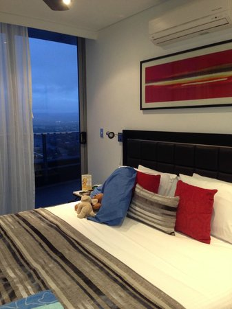 Meriton Suites Broadbeach: Luxurious King beds with views
