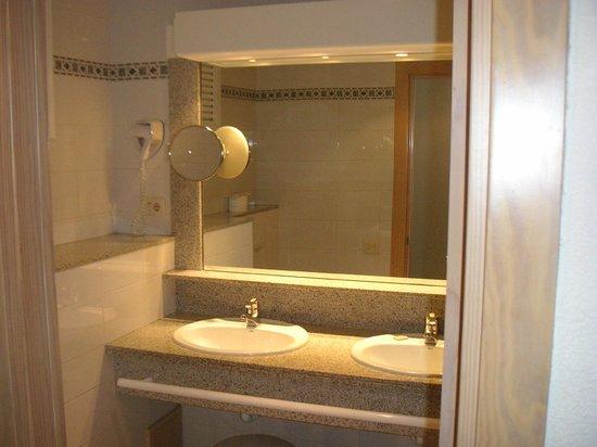 IFA Dunamar Hotel:                   Badezimmer mit  veraltetem Föhn