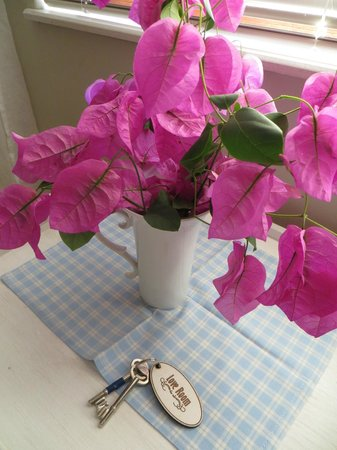 Flametree Guesthouse: Fresh flowers in the Love Room