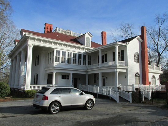 The Twelve Oaks Bed & Breakfast:                   Parking Area with Handicap Ramp