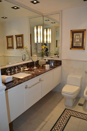 Cabrera Garden Boutique Guest House:                   Sta. Margarita Suite Bathroom